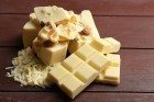 weisse-schokolade-haselnuss-auf-holz-geraspelt-tafelschokolade
