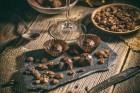 pralinen-rosinen-besteck-auf-dem-tisch-weinglas-schokolade